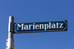 Marienplatz的路牌在慕尼黑,德国, 2015年 库存照片