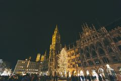 Marienplatz, городской пейзаж взгляда горизонта красивой панорамы города Мюнхена сценарный ночи Munchen осветило архитектуру стоковая фотография