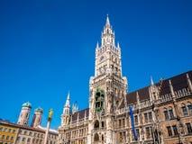 Marienplatz, город Мюнхена Известный здание муниципалитет Мюнхена под ясным освещением пирофакела сезона зимы голубого неба Новая Стоковые Фотографии RF