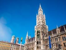 Marienplatz, город Мюнхена Известный здание муниципалитет Мюнхена под ясным освещением пирофакела сезона зимы голубого неба Новая Стоковая Фотография