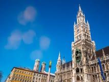 Marienplatz, город Мюнхена Известный здание муниципалитет Мюнхена под ясным освещением пирофакела сезона зимы голубого неба Новая Стоковые Фото
