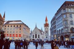 Marienplatz di Monaco di Baviera entro la sera di inverno Fotografia Stock