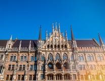 Marienplatz Munich stad Berömt munich stadshus under klar för vintersäsong för blå himmel belysning för signalljus Nytt stadshus  Arkivfoto