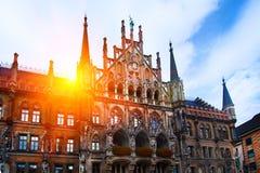 Marienplatz-Rathaus in altem München-Marktplatz in Deutschland an einem schönen sonnigen Sommertag stockbild