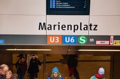 Marienplatz tunnelbanastation med folk i Munich Arkivbilder