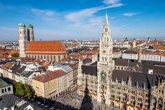 Marienplatz-Uhrstadt herein in die Stadt, Ansicht von der Spitze des Turms mit Stadtbildansicht Stockbilder