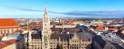 Marienplatzstadhuis en stadshorizon in München, Duitsland Stock Foto