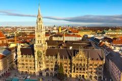 Marienplatzstadhuis en stadshorizon in München, Duitsland Stock Foto's