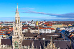 Marienplatzstadhuis en stadshorizon in München, Duitsland Royalty-vrije Stock Foto's