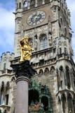 Mariensaule、一个玛丽亚3月的专栏和慕尼黑市政厅 库存图片