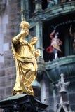 Mariensaule、一个玛丽亚3月的专栏和慕尼黑市政厅 免版税库存图片