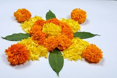 Marigold σχέδιο rangoli λουλουδιών για το φεστιβάλ Diwali, ινδική διακόσμηση λουλουδιών φεστιβάλ στοκ φωτογραφία με δικαίωμα ελεύθερης χρήσης
