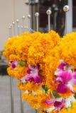 Marigolds γιρλάντες στο φράκτη ναών Στοκ Φωτογραφία