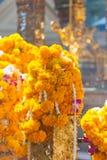 Marigolds γιρλάντες στο φράκτη ναών Στοκ Εικόνες