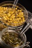 Marihuan ekstrakcyjne kapsuły natchnąć z rozbijają dalej i CBD olej zdjęcie stock