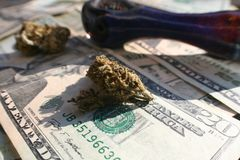 Marihuana Bud On Money With Pipe Royalty-vrije Stock Foto's