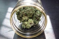 Marihuana in einem Glas Stockfotos