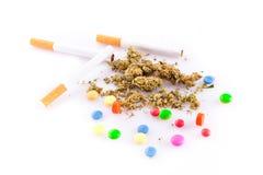 Marihuana i pigułki na białym tle, palacz narkotyzujemy Obraz Stock