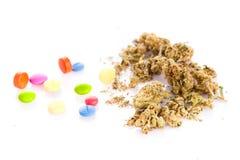 Marihuana i pigułki odizolowywający na białym tle Zdjęcie Stock