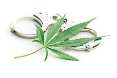 Marihuana kajdanki i liść obrazy royalty free