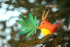 Marihuana liść w ptaka belfrze Marihuany marihuany nowego roku rozrywka zdjęcia stock