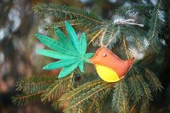 Marihuana liść w ptaka belfrze Marihuany marihuany nowego roku rozrywka zdjęcia royalty free