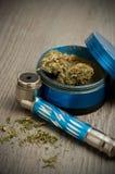 Marihuana-Rohr und Schleifer auf hölzernem Hintergrund Lizenzfreies Stockfoto