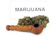 Marihuanaknop en pijp Royalty-vrije Stock Afbeeldingen