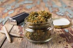 Marihuanaknoppen in de glaspot royalty-vrije stock afbeelding