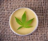 Marihuany konopiana śmietanka z marihuana liściem - marihuan topicals conc obraz royalty free