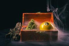 Marihuany wellness i pączka rzecz na ciemnym tle obraz royalty free