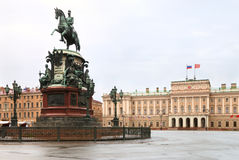 Mariinskiy Palast und Reiterstatue Lizenzfreie Stockfotografie