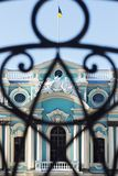 Mariinsky宫殿的门面的片段有乌克兰fl的 免版税库存照片