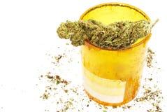 Marijuana, bottiglia di pillola di Rx di prescrizione e cannabis mediche Immagine Stock Libera da Diritti