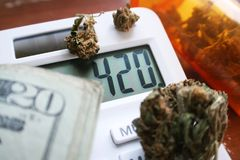 Marijuana Bud On Calculator With 420 et argent de haute qualité Image stock