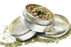 Marijuana drogutrustning, vit bakgrund Arkivfoto