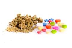 Marijuana e comprimidos isolados no fundo branco fotografia de stock