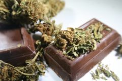 Marijuana Edibles com Bud On Chocolate Candies fotografia de stock