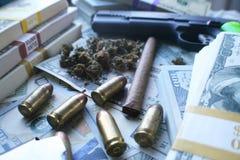 Marijuana med vapen, pengar & det högkvalitativa materielfotoet för kulor Royaltyfria Bilder