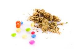 Marijuana y píldoras aisladas en las drogas blancas del fondo Imagenes de archivo