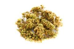 Marijuana y píldoras aisladas en las drogas blancas del fondo Foto de archivo libre de regalías