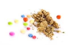 Marijuana y píldoras aisladas en las drogas blancas del fondo Imágenes de archivo libres de regalías