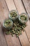Marijuanaknoppar i glass krus Fotografering för Bildbyråer