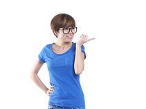 Marimacho que mira a la muchacha china asiática con gesto de mano Fotografía de archivo libre de regalías