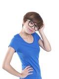 Marimacho que mira a la muchacha china asiática que siente tonta Imagen de archivo