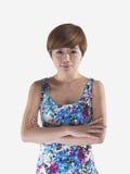 Marimacho que mira a la muchacha china asiática que dobla sus brazos Fotografía de archivo