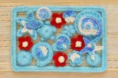 Marin- bakgrund med beståndsdelar för bomullsspetsvirkninghantverk: stjärnor beskjuter, blommor och ramen som göras av mjuk akryl Arkivbild