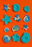 Marin- bakgrund med beståndsdelar för bomullsspetsvirkninghantverk: stjärnor skal, blommor som göras av mjukt akrylullgarn Virkad Arkivbild