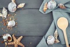 Marin- bakgrund Trä gjord sked, servett, snäckskal Royaltyfria Bilder