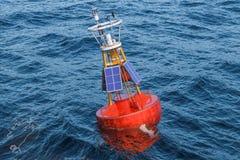 Marin- boj med solpaneler i det öppna havet, tolkning 3D vektor illustrationer